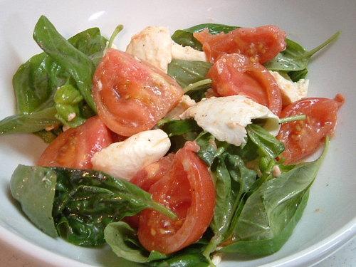 トマトとモッツァレラとバジルのサラダ
